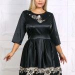 Modele de rochii elegante recomandate pentru femeile mai plinute pentru sezonul rece